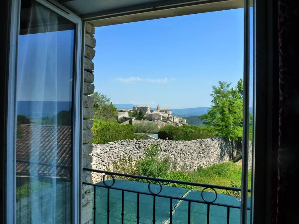 Vue de la fenêtre du salon sur le village de Gordes et son château