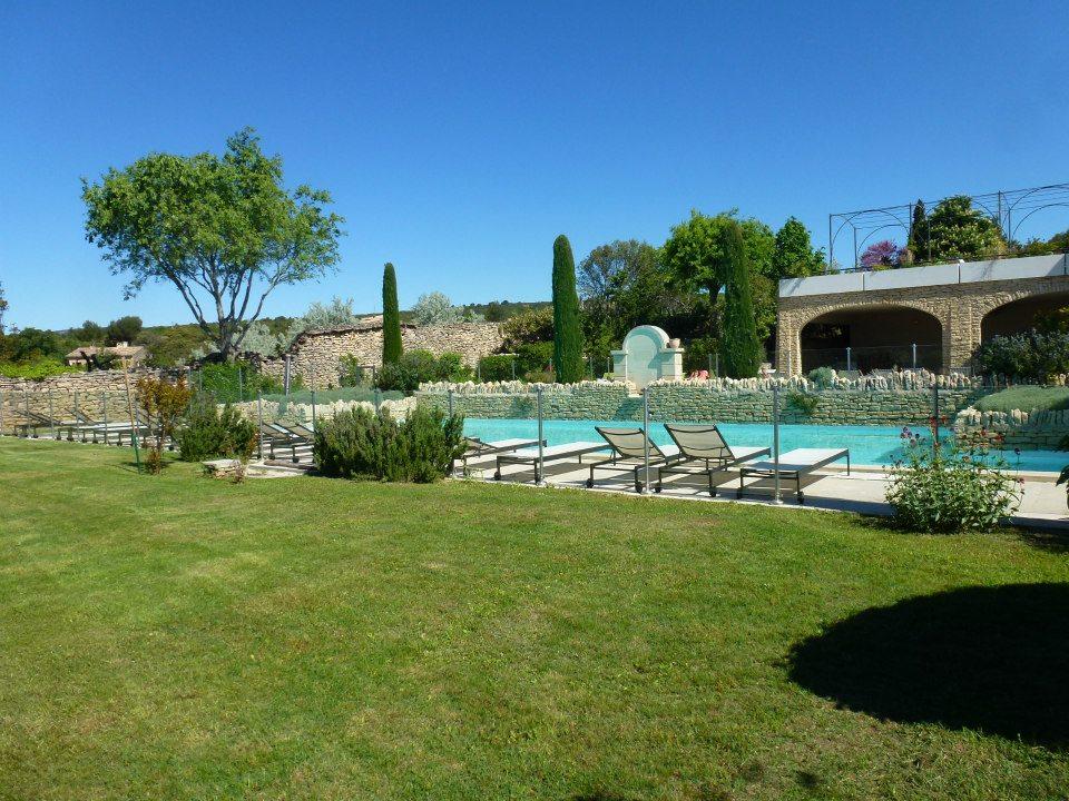 les espaces verts à côté de la piscine