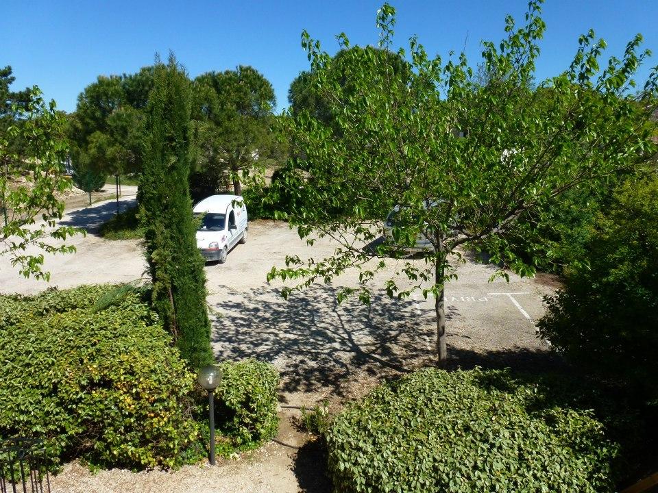 Le parking ombragé du gite vue de l'entrée du gite