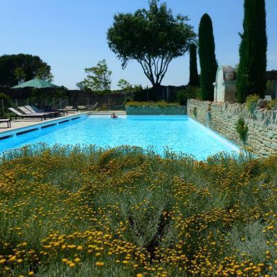 La grande piscine commune à la résidence